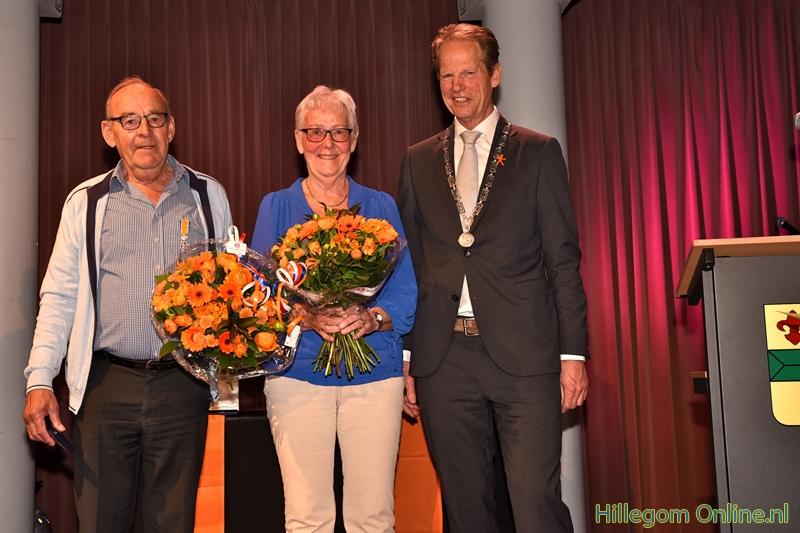 Judith de Rooij neemt lintje van burgemeester in ontvangst